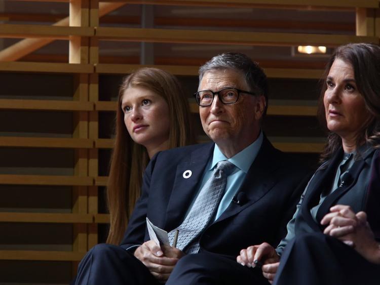 """Mỗi đứa trẻ nhà Gates sẽ thừa kế khoảng 10 triệu USD từ tài sản 89,6 tỷ USD của bố mẹ. Phần tiền còn lại sẽ được chuyển vào quỹ từ thiện. """"Tôi sẽ không cho bọn trẻ nhiều tiền vì làm thế chúng sẽ chây lười và ỷ lại. Tôi muốn chúng có thể tự do làm điều mình muốn"""",tỷ phú Bill nói với TED."""