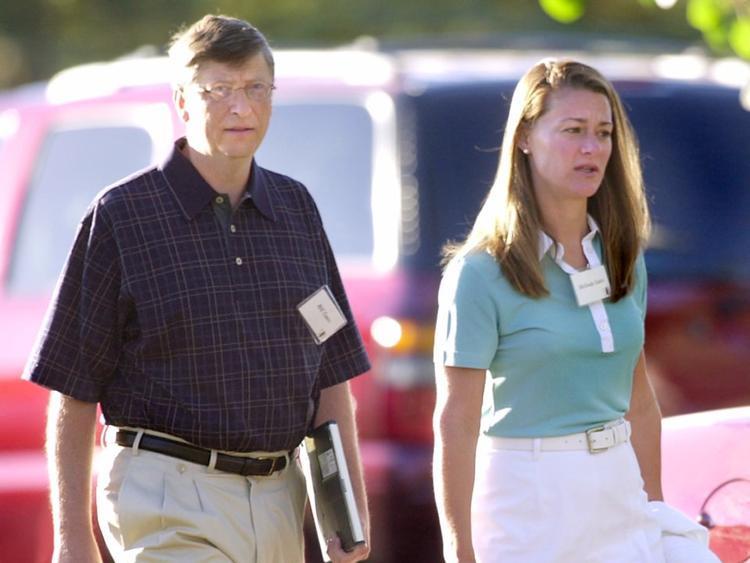"""Melinda và Bill hẹn hò 7 năm trước khi quyết định kết hôn. Melinda nói rằng lúc đầu, mẹ cô không dành nhiều thiện cảm cho Bill nhưng cả hai vẫn kiên định với lựa chọn của mình.""""Khi nhìn lại chặng đường đã qua, Bill cũng giống như những chàng trai tôi gặp thời đi học. Tôi và họ đều rất tôn trọng lẫn nhau. Tôi bị thu hút bởi trí thông minh và sự vui tính của Bill"""", Melinda nói với Fortune."""