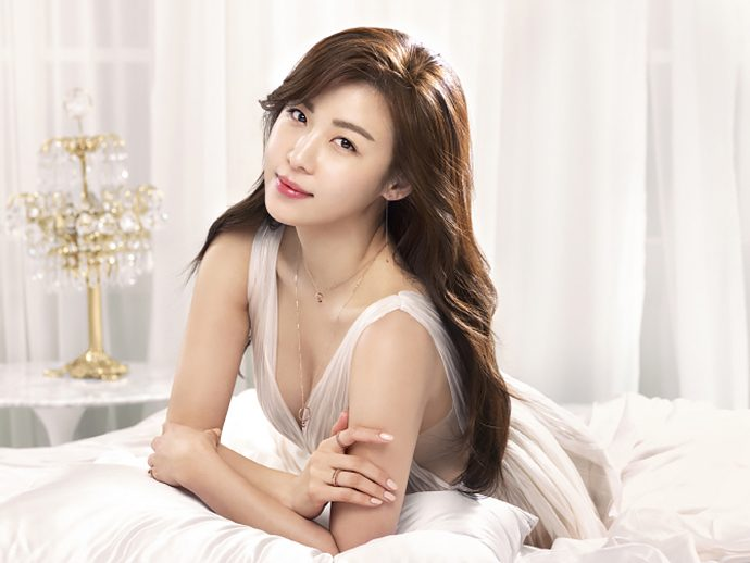Ha Ji Won được khán giả biết đến cô nhiều nhất trong phim lịch sửHwang Jini,Empress Ki, phim hài lãng mạnSecret Garden.