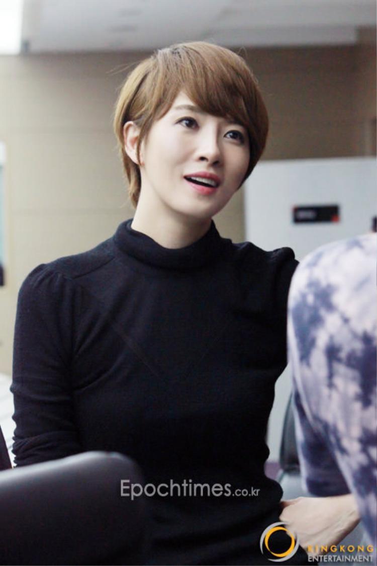 Kim Sun Ah nổi tiếng với vai diễnKim Sam Soon trong bộ phimphim truyền hình My Lovely Sam Soon, Tòa thị chính và Scent of a Woman,…Trước khi trở thành diễn viên, cô đượccho ra mắt với tư cách là một thành viên của nhóm nhạc thầntượng, nhưng sau đó lại theo đuổi sự nghiệp diễn xuất.