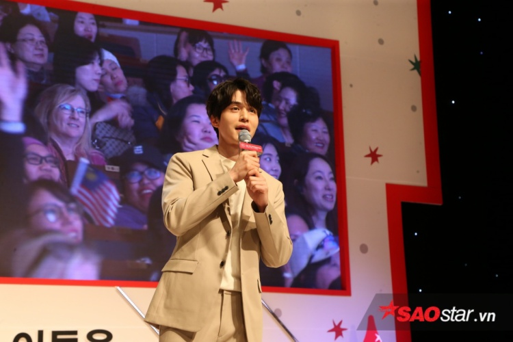 Lee Dong Wook trong buổi fan meetingthuộc sự kiện Snow in Christmas của Tổng cục du lịch Hàn Quốc.