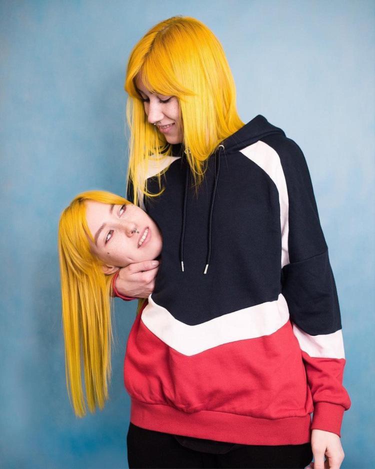 Phổ biến trong đó là cách chụp ôm thủ cấp chính mình, ngoài ra còn có thể ôm đầu bạn bè ( như Duy Khánh, Miu Lê).