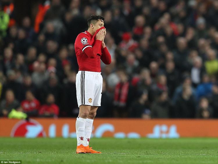 """Sanchez là một trong những cái tên gây thất vọng nhất với fan """"quỷ đỏ"""". Rõ ràng những kỳ vọng dành cho một số 7 mới chưa được tiền đạo người Chile thể hiện."""