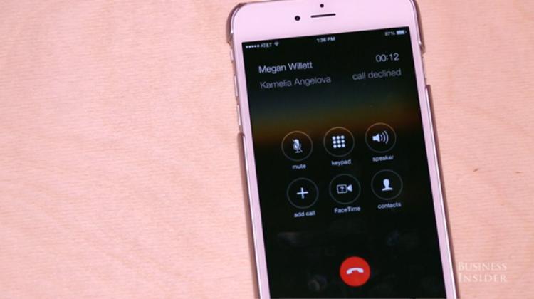Nếu bạn muốn bỏ qua một cuộc gọi và chuyển nó đến chế độ hộp thư thoại, hãy nhấn và giữ nút trung tâm.