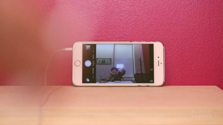 Nhấn vào nút tăng, giảm âm lượng trong khi mở ứng dụng chụp hình sẽ giúp bạn có thể chụp hình.