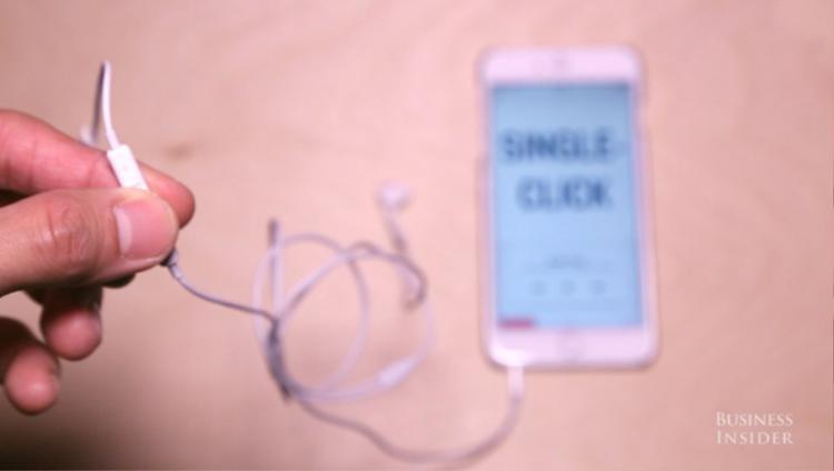 Nhấn một lần vào nút ở giữa, iPhone sẽ tự động chơi nhạc từ ứng dụng nghe nhạc có sẵn trên máy hoặc một ứng dụng streaming được cài nào đó.