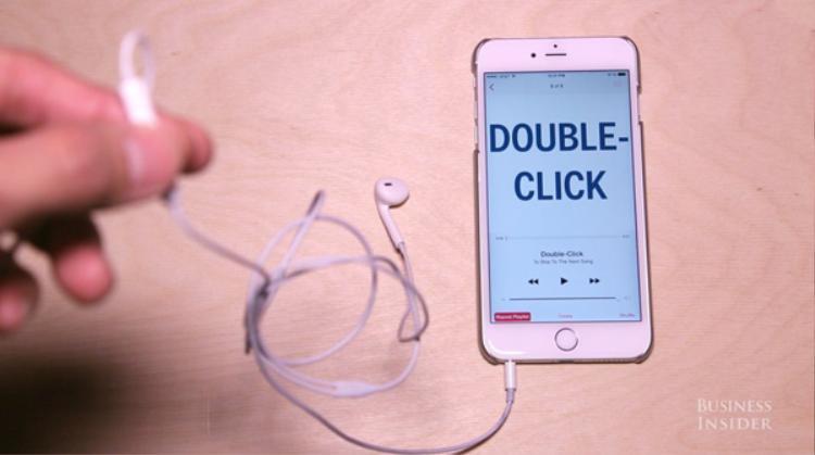 Nhấn nhanh hai lần liên tiếp vào nút trung tâm sẽ giúp bạn chuyển sang bài nhạc tiếp theo.