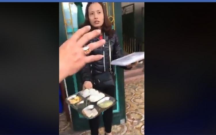 Phụ huynh học sinh phản ứng dữ dội với giáo viên vì cho rằng suất ăn của con là quá đạm bạc.