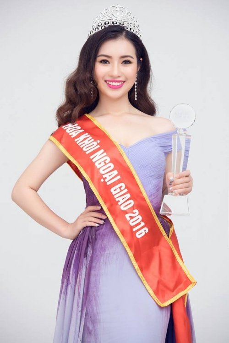 Khánh Linh (SN 1997, Hà Nội) có thành tích 12 năm liền đạt học sinh giỏi, đồng khởi khả năng nói tiếng Anh lưu loát cũng khiến nhiều người thán phục. Cô nàng đang là sinh viên năm 3 khoa tiếng Anh. Ảnh: FBNV.