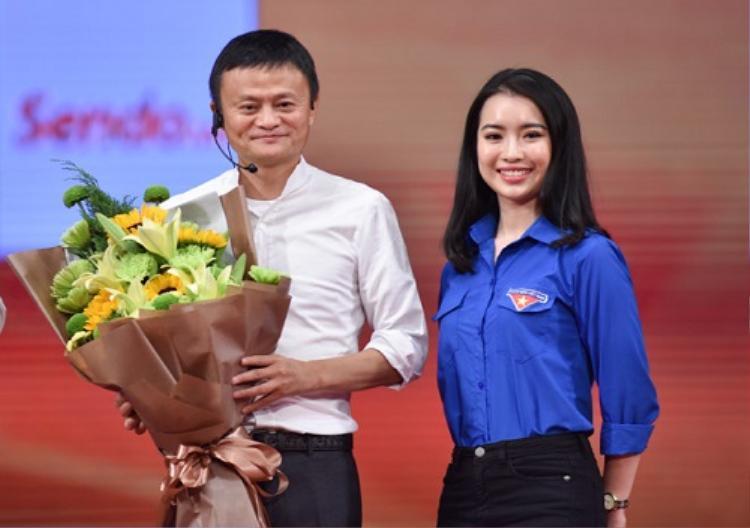 Ngô Khánh Linh - Hoa khôi Học viện Ngoại giao đảm nhận vị trí MC trong buổi đối thoại với tỷ phú Jack Ma diễn ra ngày 6/11 năm vừa qua đã gây ấn tượng bởi ngoại hình xinh đẹp, nói tiếng Anh tốt. Ảnh: VNE.