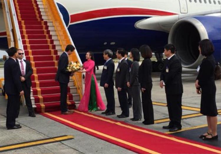 Phạm Thị Tú Anh (SN 1996, Nghệ An) chính là nữ sinh duyên dáng trong tà áo dài tặng hoa cho Thủ tướng Canada vào ngày 8/11/2017. Ảnh: Trí thức trẻ.