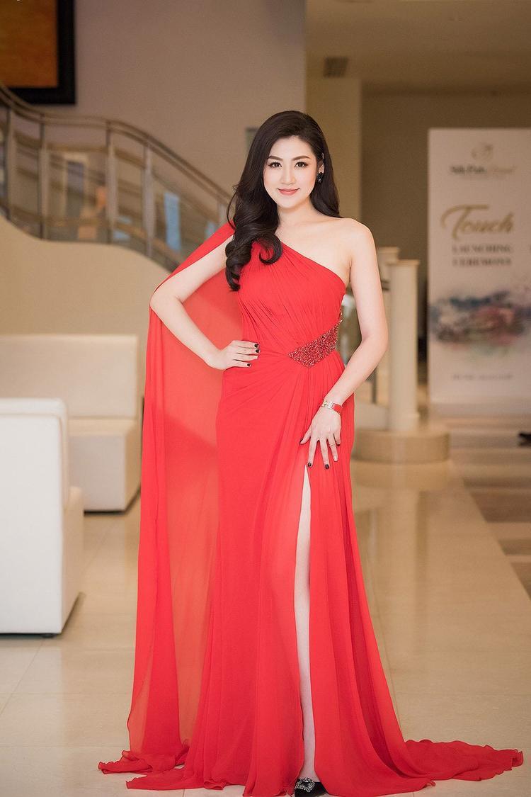 Á hậu Việt Nam 2012 khoe đường cong thon thả và quyến rũ trong bộ váy dạ hội đỏ rực vô cùng nổi bật khi tham dự một sự kiện tại Hà Nội tối 11/3.