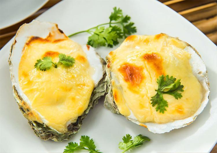 Hàu nướng phô mai - một món ăn xuất hiện trong thực đơn khiến các thực khách nghi bị ngộ độc. Ảnh minh họa.