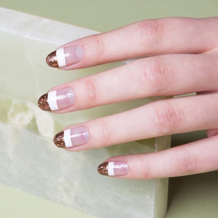 Nếu muốn nổi bật hơn, bạn gái không nên bỏ qua cách tô vẽ ánh nhũ lấp lánh.