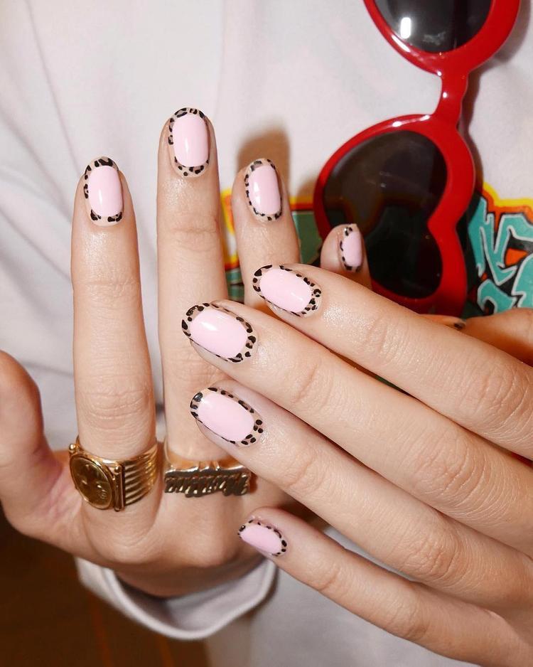 Nếu cảm thấy chán ngán với cách vẽ nail cả ngón đều họa tiết động vật, bạn có thể thử nghiệm sang kiểu tô viền móng này.