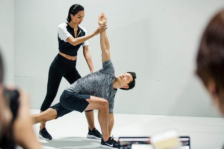 Kim Lý và Minh Triệu kết hợp trong bộ ảnh tập thể hình.
