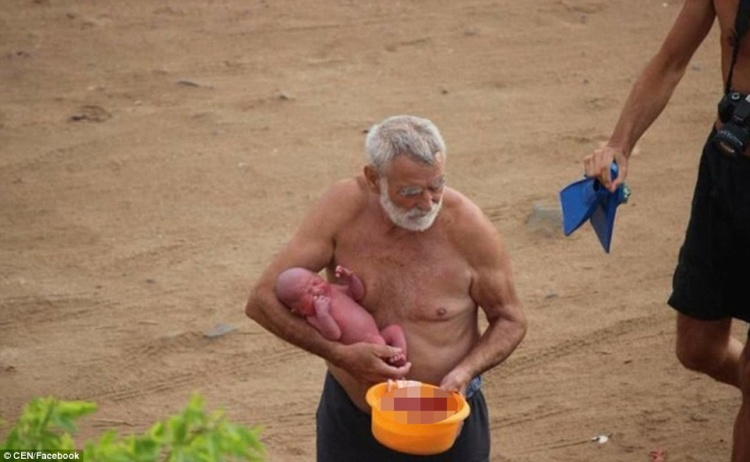 Một bác sĩ chuyên khoa sản được mời đến để trợ giúp kế hoạch sinh con trên biển của cặp vợ chồng du khách Nga.