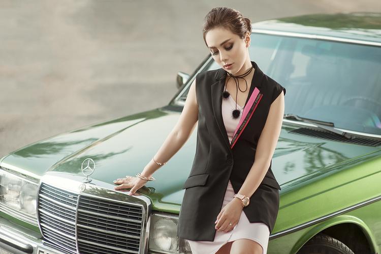 Chiếc blazer cộc tay form dài màu đen nhấn nhá chút hồng nơi cổ áo từ thương hiệu Versace Jeans khi kết hợp với bộ váy thể thao màu hồng nude đã khiến Miko Lan Trinh trở thành quý cô thành thị vừa năng động, vừa thanh lịch lại mang tính thời trang cao.