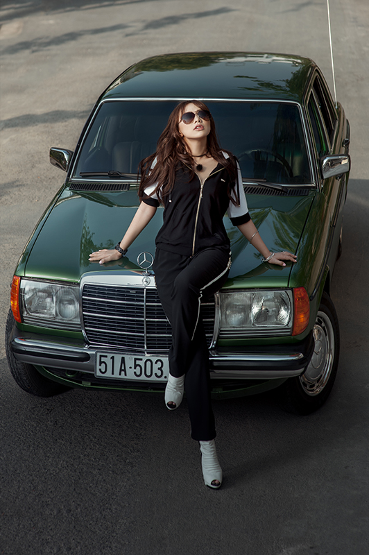 Với set trang phục Liu Jo, Miko Lan Trinh thoải mái khoe vẻ năng động lẫn thời trang bên chiếc xe xanh rêu khi chọn quần và áo phong cách thể thao tông trắng đen cơ bản cùng những chi tiết đính đá lấp lánh.