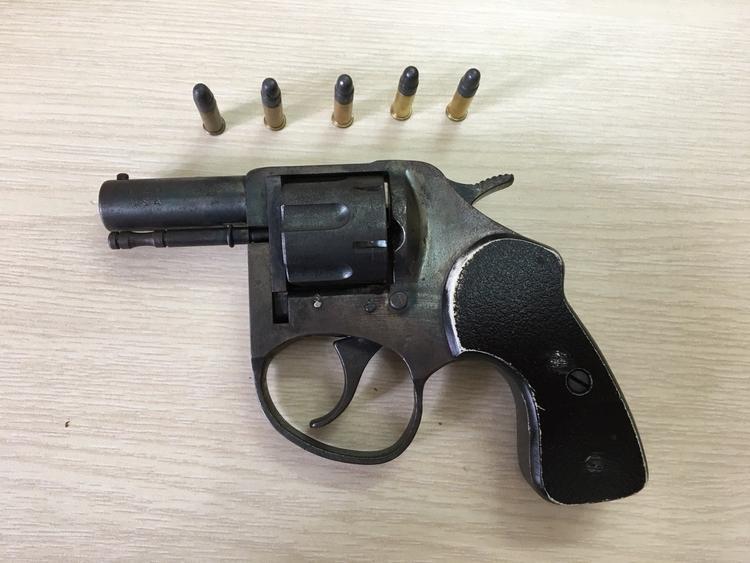 Khẩu súng ngắn dạng rulo được Công an phát hiện tại quán cà phê.