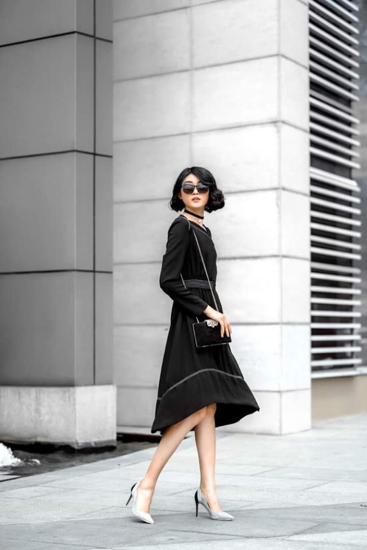 Theo đuổi phong cách thanh lịch, Kim Nhung hay xuống phố với những chiếc váy xòe, kết hợp cùng cao gót và túi xách cùng tông giúp hoàn thiện tổng thể.