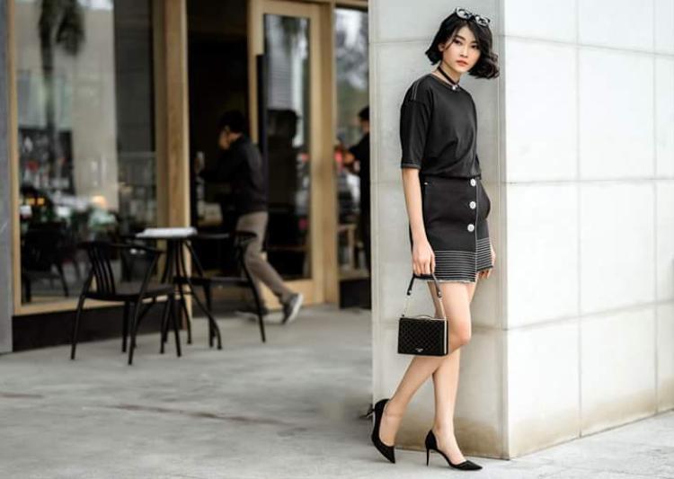Chân dài Kim Nhung lại ưa chuộng thiết kế đem lại nét đẹp nữ tính, nhẹ nhàng.
