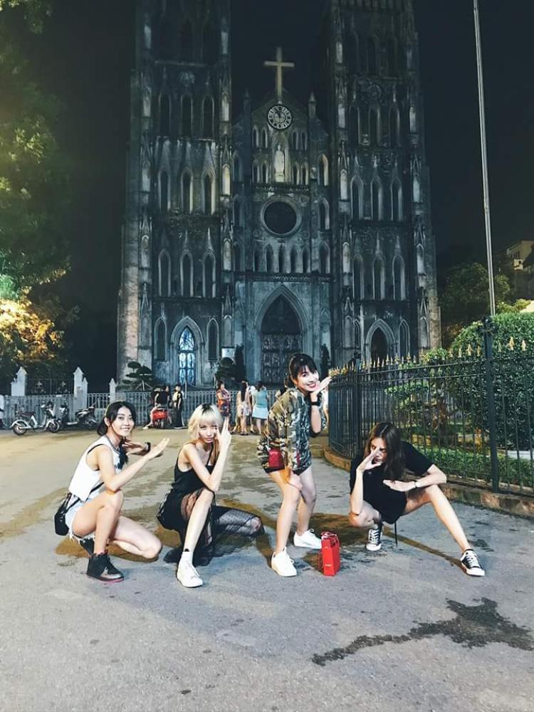 """Chụp ảnh nhóm nhưng ba cô nàng vẫn nhất quyết phải ăn diện đen, trắng cùng tạo dáng tương đồng, """"hợp cạ"""" nhau đến vậy mới được."""