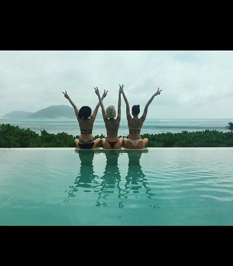 Thân nhau đến mức cùng rủ nhau đi du lịch, và chiêu đãi fan màn khoe dáng nóng bỏng trong những bộ bikini 2 mảnh sexy.