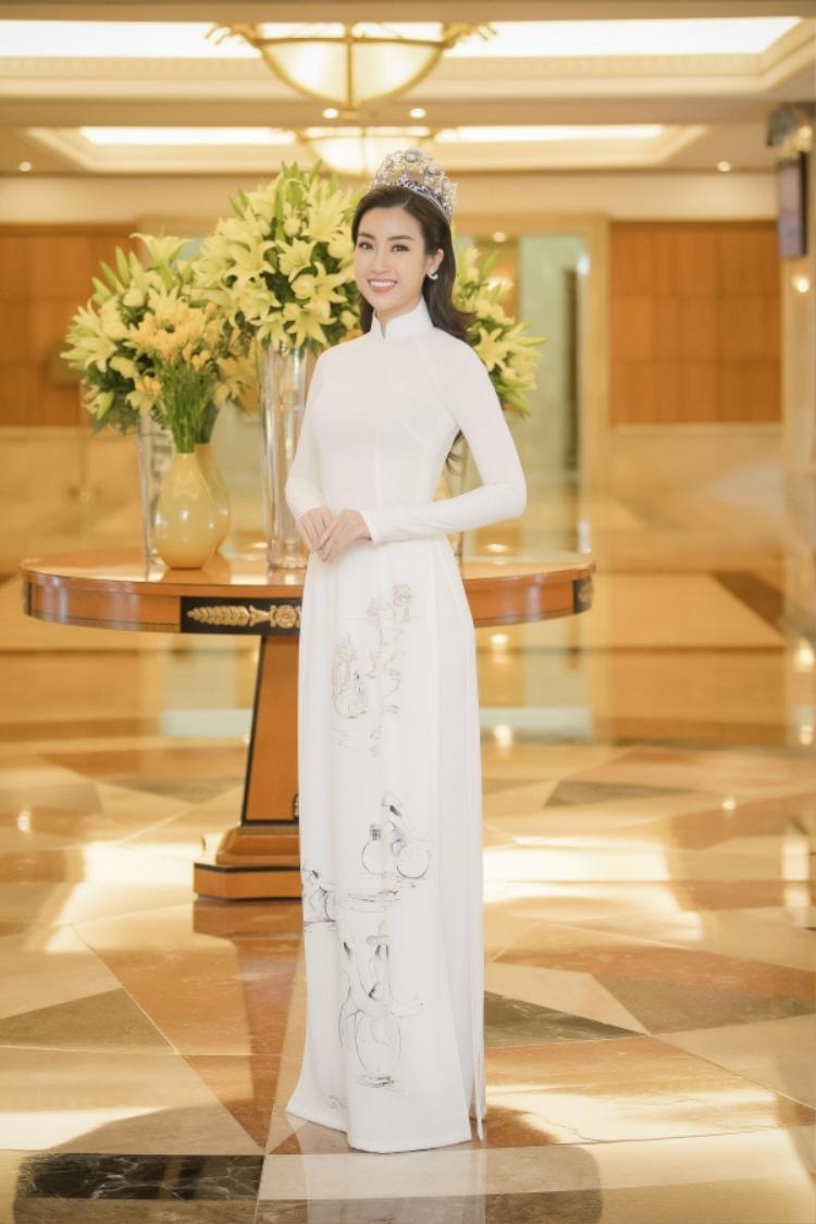 Hoa hậu Việt Nam 2016 Đỗ Mỹ Linh chọn tà áo dài trắng đến dự họp báo.