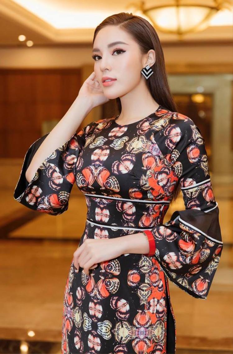 Dù vậy để phù hợp với tính chất buổi họp báo khởi động cuộc thi Hoa hậu Việt Nam 2018, Kỳ Duyên đã bỏ qua loạt váy áo đắt đỏ mà khoác lên người tà áo dài truyền thống.