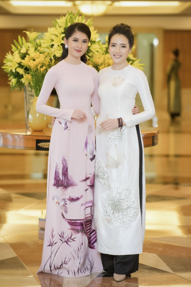 Á hậu 2 Hoa hậu Việt Nam 2016 Thùy Dung và Hoa hậu Biển Việt Nam 2016 Nguyễn Đình Khánh Phương cũng chọn áo dài để mặc tại họp báo.
