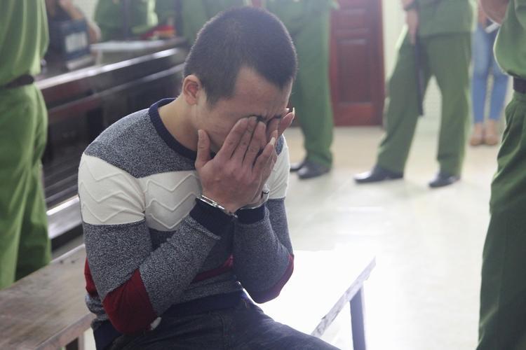 Bị cáo Phan Đình Quảng khóc tại phiên tòa