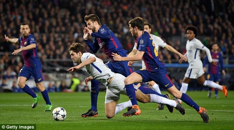 Ballack cho rằng Chelsea xứng đáng có quả 11 mét trong tình huống Alonso bị Pique tác động.