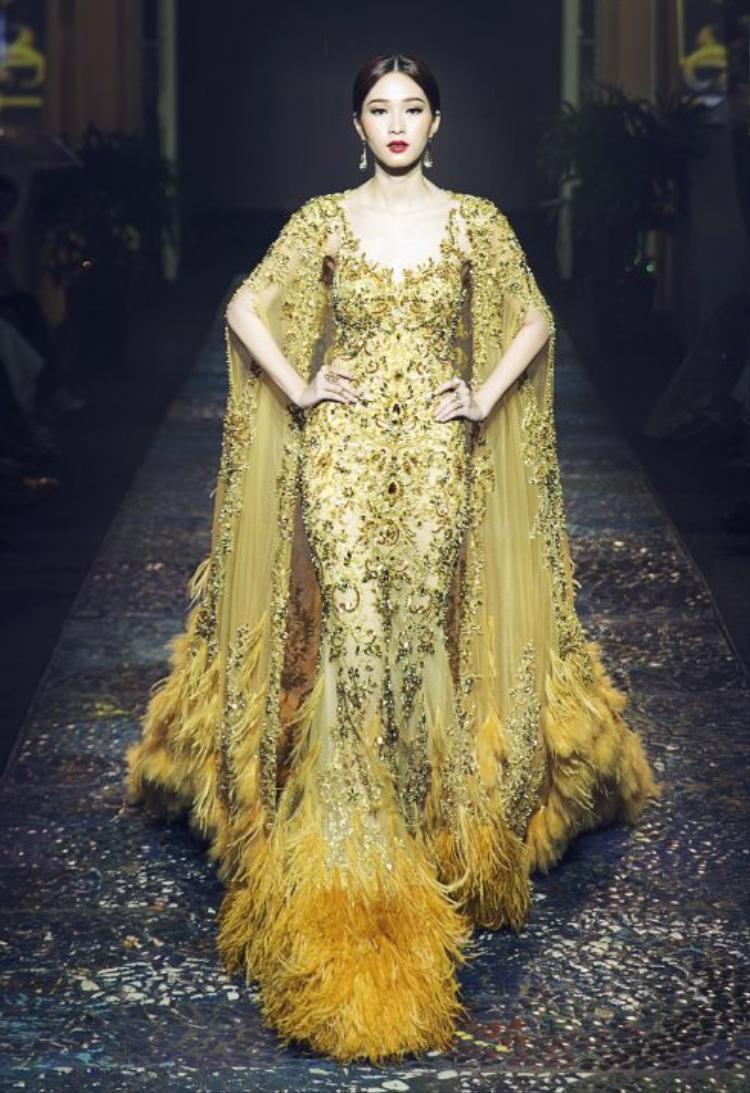 Lê Thanh Hòa đã mang đến những thiết kế thời trang ứng dụng nhưng được làm theo chuẩn Haute Couture đầy thời thượng và tinh tế, để đưa lại những trải nghiệm mới cho người mặc.