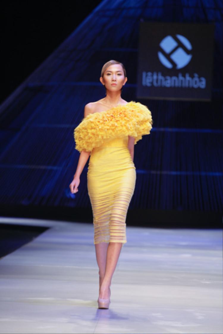 Những thiết kế body suit ấn tượng có điểm nhấn ở vai, đính kết dày đặc kim sa hoặc xếp bèo nhuyễn tạo khối 3D, gợi nhớ lại những kĩ thuật đã làm nên thương hiệu Lê Thanh Hòa trong lòng công chúng thời trang từ những ngày đầu