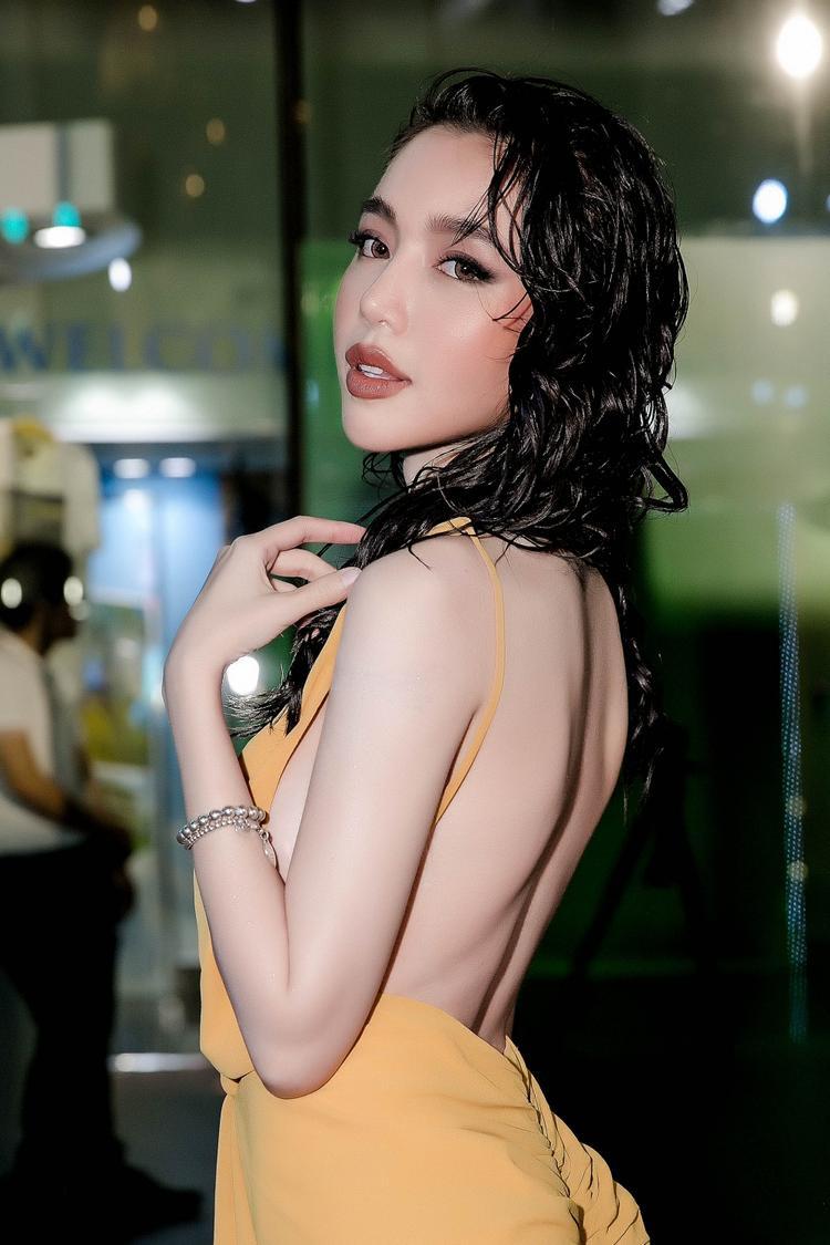 Trái với hình ảnh sexy, gợi cảm thường thấy, trong phim Elly Trần vào vai Trần Hà, một nữ sát thủnguy hiểm với võ thuật cao cường.