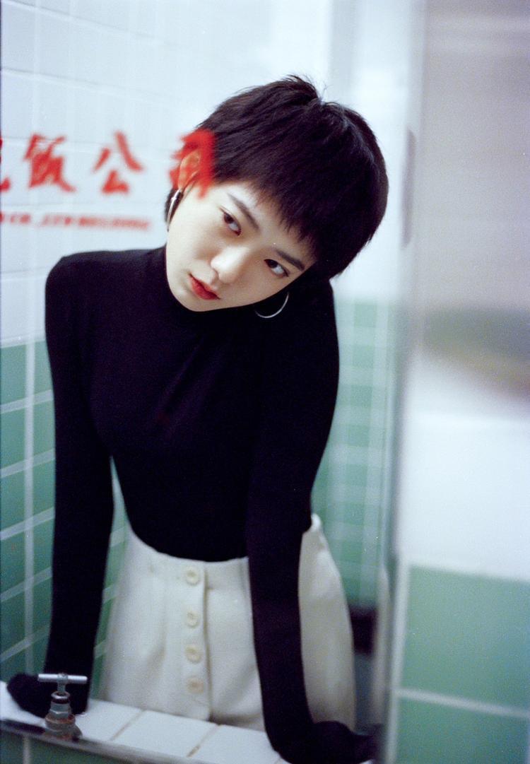Mấy ai để tóc ngắn mà lại xinh xắn, đáng yêu như cô nàng trong bộ ảnh này nhỉ?