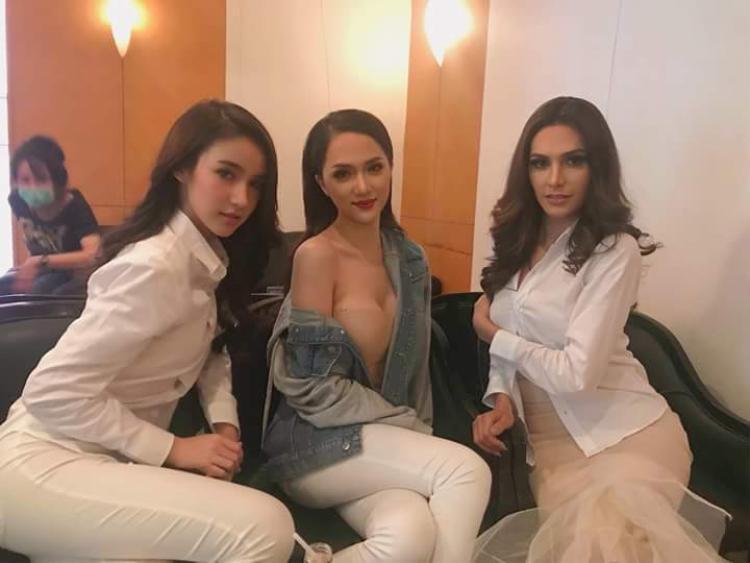 Ngay trong cuộc thi, đại diện Việt Nam cũng không bỏ qua cách ăn mặc khoe vòng 1 đặc trưng, có chăng là chỉ khoác thêm chiếc áo khoác jeans hờ hững nhằm tạo vẻ kín đáo.