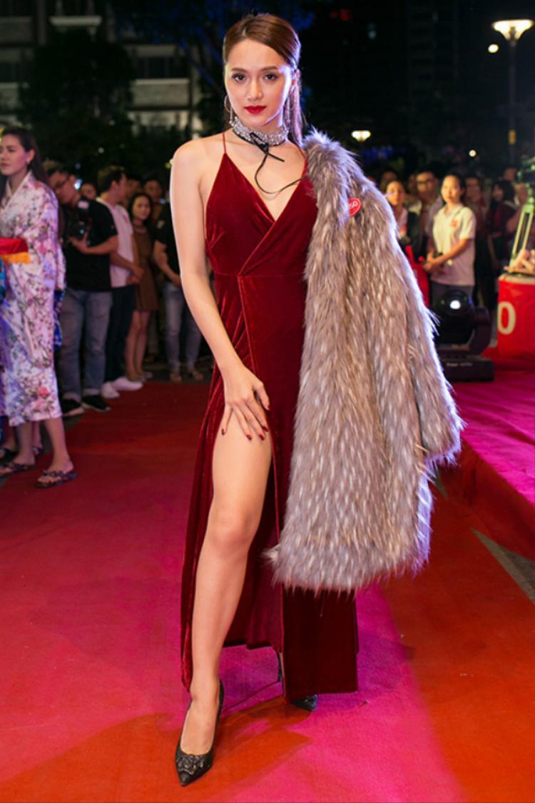 Bộ đầm nhung đỏ xẻ tà cao được Hương Giang diện đến sự kiện hồi cuối năm 2016, hóa ra cô đã thích khoe vòng 1 từ rất lâu rồi.