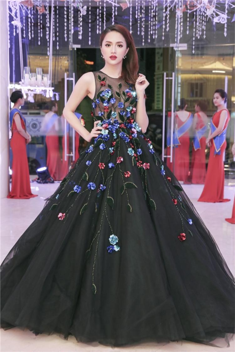 """Xuất hiện tại một sự kiện, ca sĩ chuyển giới thu hút mọi sự chú ý trong bộ đầm dạ hội đen với họa tiết hoa được đính kết cầu kỳ. Vẻ ngoài của cô nàng đẹp đến nỗi khiến không ít """"gái thẳng"""" phải ghen tỵ."""