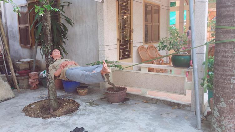 Hình ảnh người đàn ông trung niên nằm trên sợ dây thừng được thành viên Cường Quốc ghi lại.