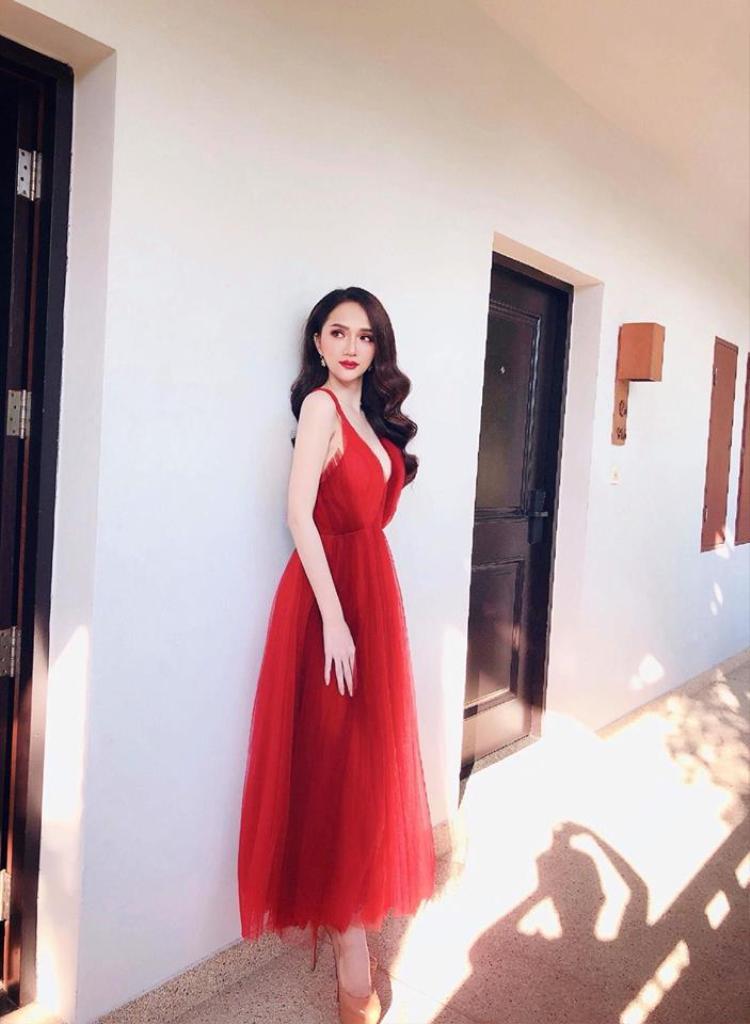 Diện đầm đỏ, Hương Giang được làm tóc xoăn sóng sang trọng.