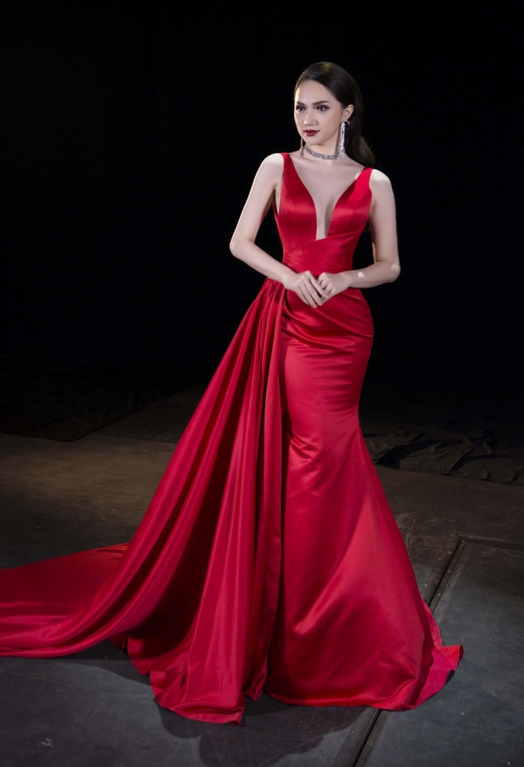 Chiếc đầm đỏ với phần đuôi hoành tráng góp phần giúp cô lộng lẫy và nổi bật hơn so với các thí sinh khác.