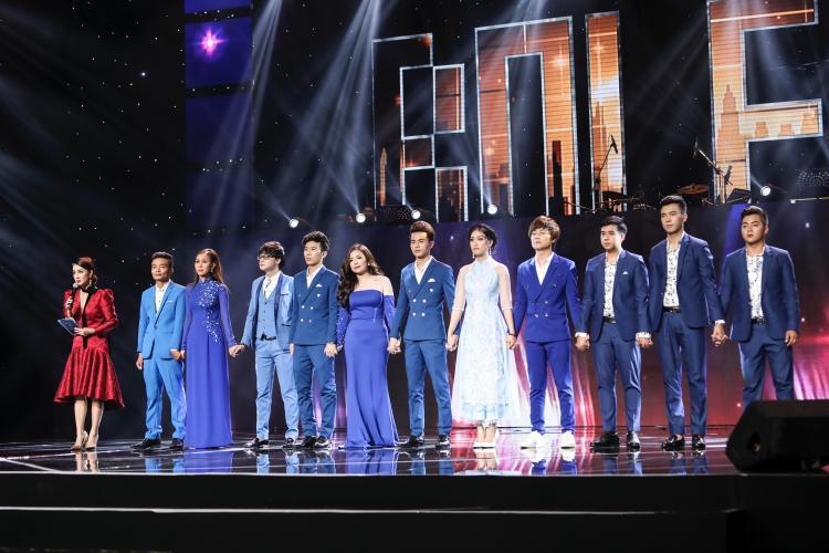 11 thí sinh team Quang Lê hòa chung sắc xanh hy vọng.