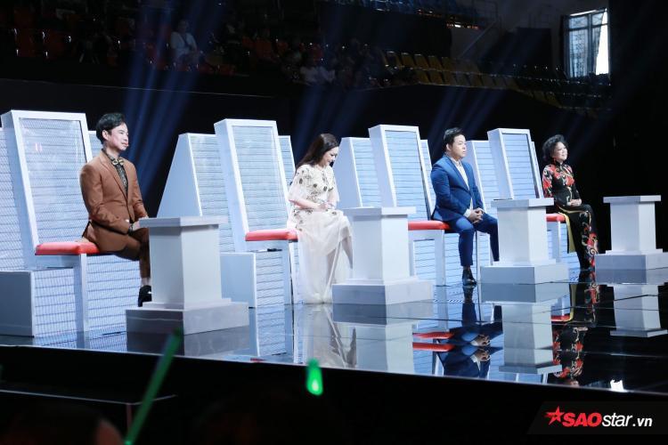 Bộ ba HLV cùng khách mời Giao Linh nhận xét từng phần thi của các nhóm.