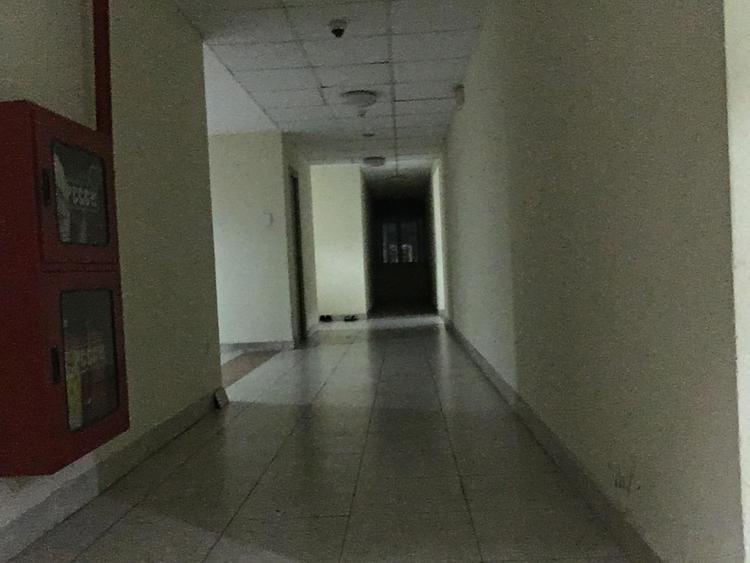 Khu vực hành lang ở dãy nhà của nạn nhân vắng bóng người qua lại.