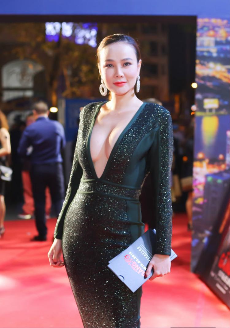 Người đẹp Dương Yến Ngọc cũng tự tin sải bước trên thảm đỏ trong thiết kế để lộ hết phân nửa phần ngực.