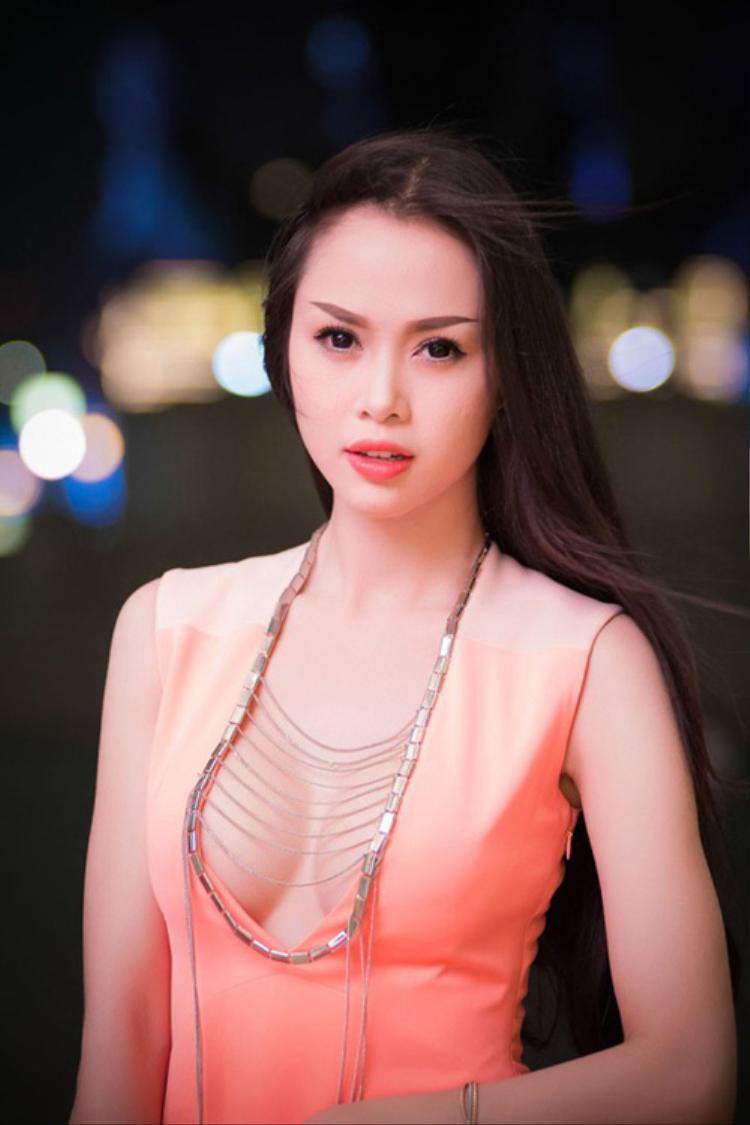 Chiếc váy vớithiết kế cổáo thoáng đãng đến mạnh bạo đã giúp chân dài Vũ Ngọc Anh phô trọn vẹn khuôn ngực tròn trịa.