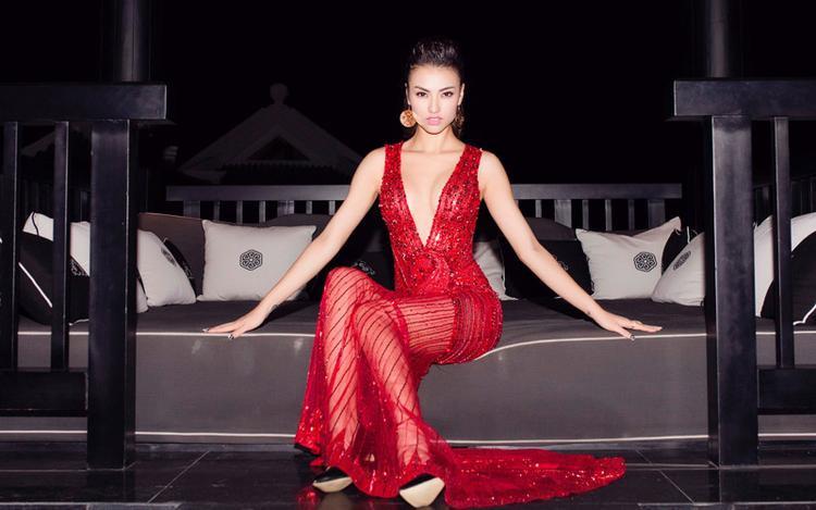 Người đẹp Hồng Quế cũng thu hút không kém với bộ váy xuyên thấu, khoét sâu hút.