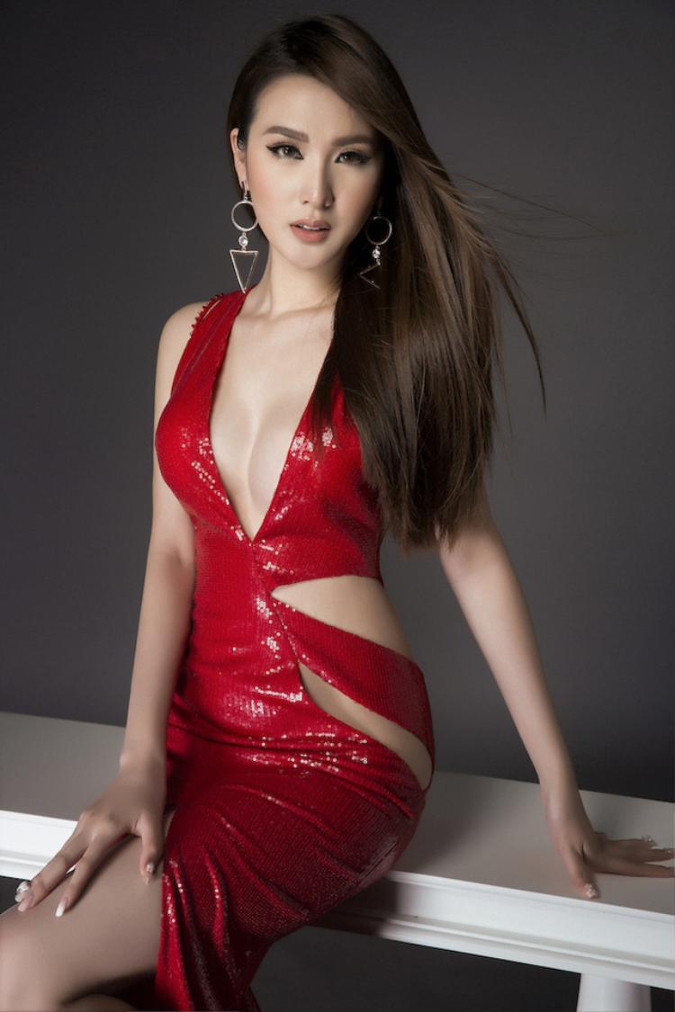 """""""Kiều nữ"""" Ngọc Loan của The Face khoe vẻ đẹp mặn mà của mình qua những bộ trang phục """"kiệm vải"""" đầy sexy."""